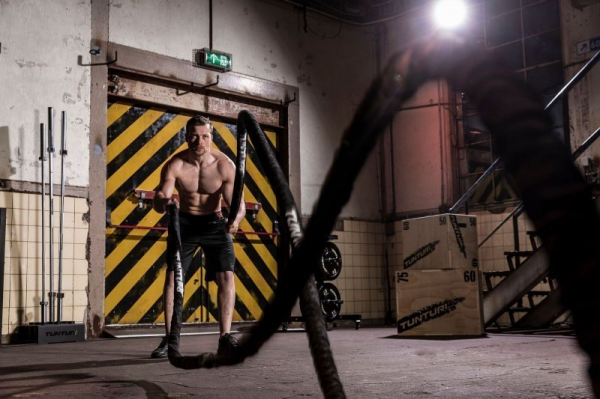 Posilovací lano Battle Rope TUNTURI Pro v obalu man workout