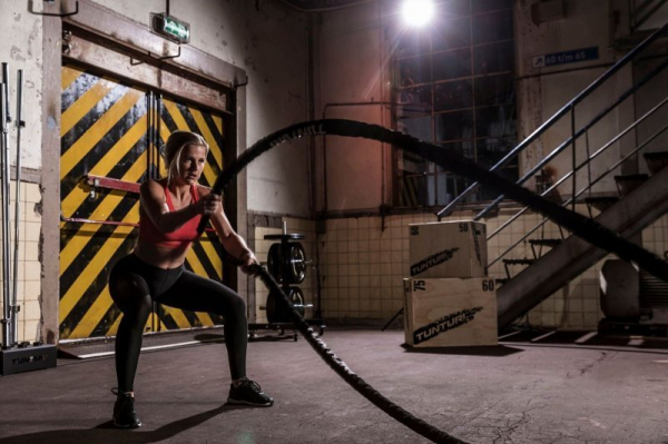 Posilovací lano Battle Rope TUNTURI Pro v obalu woman workout