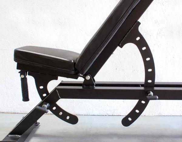 Posilovací lavice na jednoručky STRENGTHSYSTEM Deluxe Utility Bench 2.0_nastavitelné sedlo i zádová opěrka