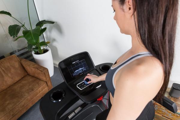 Běžecký pás Flow Fitness T2i promo fotka 5