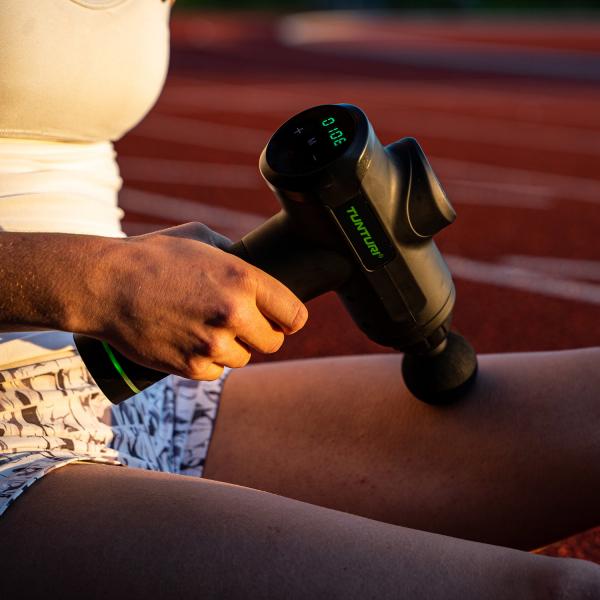 Ruční masážní stroj TUNTURI Massage Gun stehno